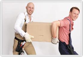 2 Männer tragen eine Umzugskiste